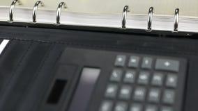 Calculadora, bloco de notas e pena da aproximação Tiro da zorra video estoque