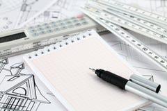Calculadora, bloco de notas, pena & desenhos home Imagens de Stock
