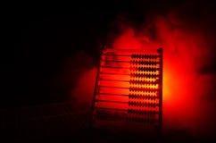 Calculadora chinesa com os grânulos coloridos no fundo alaranjado da obscuridade do fumo do fogo Foto do negócio, criança do conc Fotografia de Stock