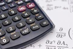Calculadora científica y ecuaciones matemáticas Foto de archivo libre de regalías