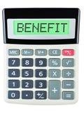 Calculadora com BENEFÍCIO na exposição isolada no fundo branco Fotografia de Stock Royalty Free