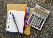 Calculadora com bloco de notas Fotografia de Stock Royalty Free