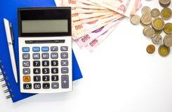 Calculadora com dinheiro e caderno no fundo branco, vista superior, espaço da cópia fotos de stock