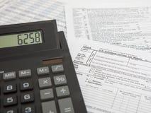 Calculadora com formulário de imposto Imagens de Stock