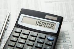 Calculadora com a inscrição na exposição do REPARO nas tabelas de papel Reparo da casa ou do carro fotos de stock royalty free