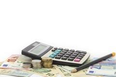 Calculadora com moeda, lápis em cédulas Euro do dinheiro e dólares Foto de Stock