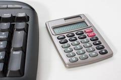 Calculadora com um teclado de computador Imagens de Stock