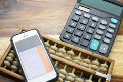 Calculadora con el fondo de madera de la tabla Imagen de archivo libre de regalías