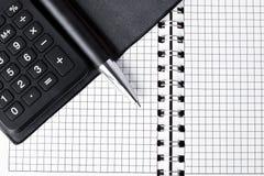 Calculadora con la libreta y la pluma Fotografía de archivo libre de regalías
