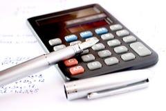 Calculadora con la pluma y la álgebra escrita Fotografía de archivo