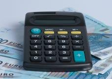 Calculadora con los billetes. Fotografía de archivo