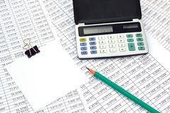 Calculadora con números y la nota Fotos de archivo libres de regalías
