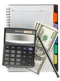 Calculadora con una pluma en un cuaderno Imagen de archivo libre de regalías