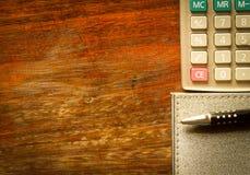 Calculadora, cuaderno y pluma fotos de archivo