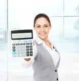 Calculadora da mostra da posse da mulher de negócios Imagens de Stock Royalty Free