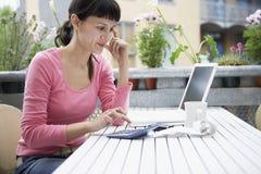 Calculadora de Calculating Expenses With da mulher de negócios foto de stock royalty free