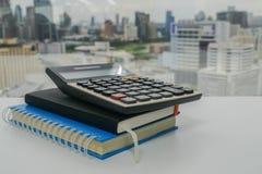 Calculadora de Digitaces en el cuaderno del negocio en oficina foto de archivo libre de regalías