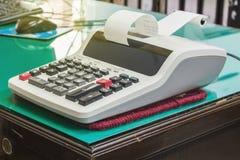 Calculadora de escritorio con el cálculo Fotografía de archivo libre de regalías