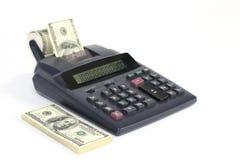 Calculadora de escritorio de cinta de papel con los billetes de dólar del americano ciento del dinero Fotos de archivo