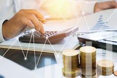 calculadora de la prensa del hombre de negocios y gráfico de negocio del control en el papel w Imagen de archivo libre de regalías