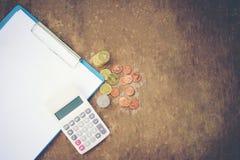 Calculadora del dinero de las monedas de la contabilidad empresarial del objeto de las finanzas del dinero de la calculadora y pa fotos de archivo libres de regalías