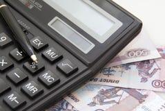 Calculadora, dinheiro e pena preta Imagens de Stock Royalty Free