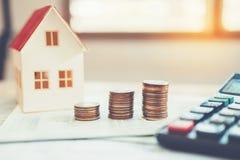 Calculadora do conceito do dinheiro da economia custada para a casa imagem de stock