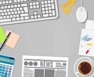 Calculadora do negócio, xícara de café, papel vazio, notas pegajosas, jornal, pino, pena, teclado e rato no escritório branco ilustração royalty free