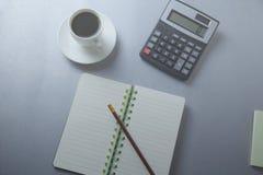 Calculadora e bloco de notas na tabela fotos de stock royalty free