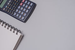 Calculadora e caderno na tabela do escritório no fundo branco Conceito do orçamento Foto de Stock Royalty Free