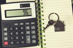 Calculadora e chave no bloco de notas fotografia de stock royalty free