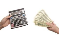 Calculadora e 500 dólares nas mãos Fotos de Stock Royalty Free
