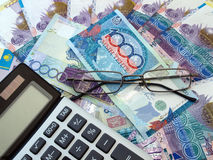 Calculadora e dinheiro de papel em Kazakhstan Imagem de Stock