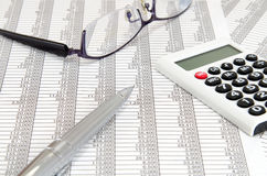 Calculadora e esferográfica e vidros e originais de contabilidade Fotos de Stock Royalty Free