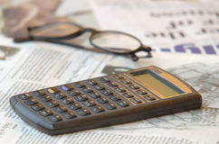 Calculadora e jornal do negócio Imagens de Stock