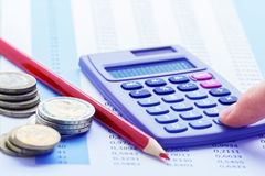 Calculadora e lápis vermelho imagens de stock