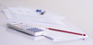 Calculadora e lápis vermelho Foto de Stock