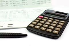 A calculadora e a pena e a caderneta bancária depositam no fundo branco Fotos de Stock Royalty Free