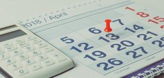 Calculadora e pena no fundo do calendário fotografia de stock