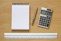 Calculadora e régua da pena do caderno na mesa Foto de Stock Royalty Free