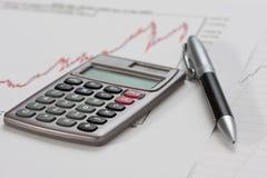 Calculadora e uma pena em uma carta Imagens de Stock