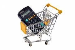 Calculadora em um trole do supermercado em um fundo branco imagens de stock