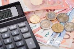 Calculadora en billetes de banco euro Imagen de archivo