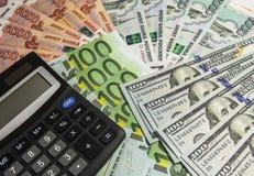 Calculadora en fondo del dinero Foto de archivo libre de regalías