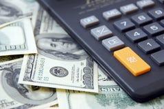 Calculadora en fondo del dinero Fotografía de archivo