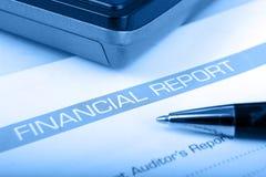 Calculadora en fondo financiero del azul del informe w Imagen de archivo libre de regalías