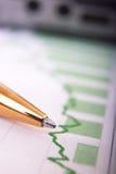 Calculadora en informe financiero foto de archivo libre de regalías