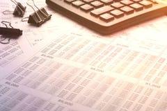 Calculadora en la tabla del negocio, mañana, trabajo Fotos de archivo libres de regalías
