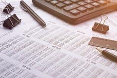 Calculadora en la tabla del negocio, mañana, trabajo Imágenes de archivo libres de regalías