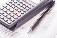 Calculadora, estado financiero, pluma Fotos de archivo libres de regalías